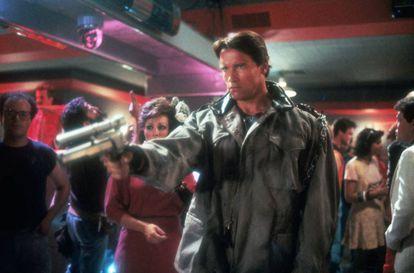 Arnold Schwarzenegger, escribiendo el futuro apocalíptico de la Humanidad, a punta de pistola en 'Terminator'.