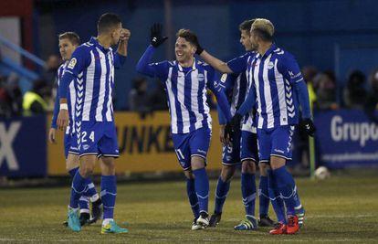 Ibai Gómez es felicitado por sus compañeros tras marcar al Alcorcón.