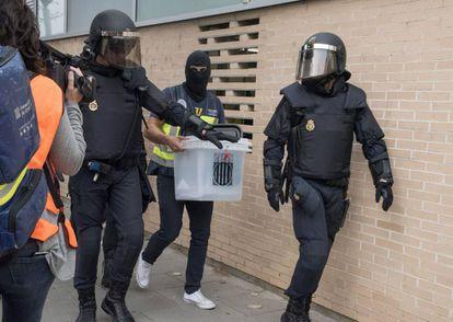 La Policía Nacional requisa urnas en el ambulatorio del barrio leridano de Cappont.