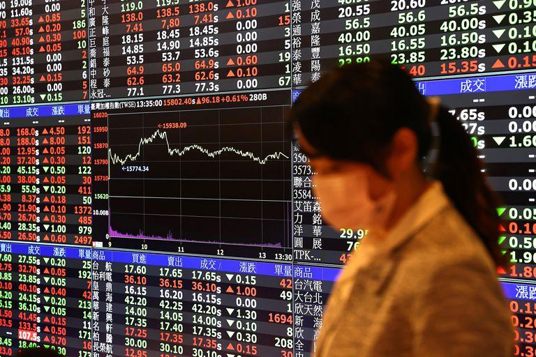 Una empleada junto al panel de cotizaciones en la Bolsa de Taiwán el 8 de febrero.