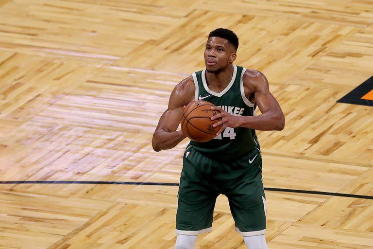 Antetokounmpo lanza un tiro libre en el Milwaukee-Orlando, el 11 de enero.
