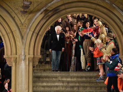 Ralph Lauren saluda al término de su desfile en la semana de la moda de Nueva York, en 2018.