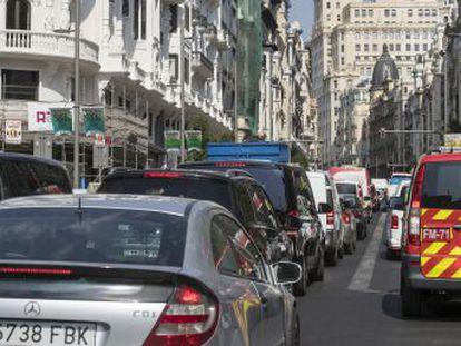 Greenpeace corta la calle Alcalá para exigir que las restricciones de tráfico en el centro se sigan aplicando