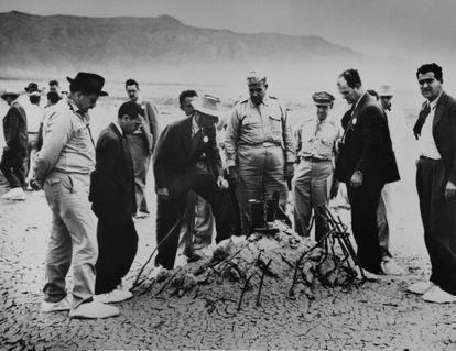 Robert Oppenheimer, con sombrero, y el general Leslie Groves (a su lado) examinan junto a otros científicos y militares los restos de una torre arrasada por la primera prueba atómica, en Almogordo, Nuevo México.