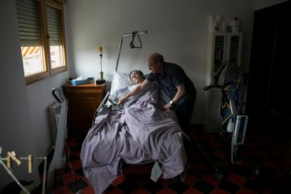 María José Carrasco, enferma de esclerosis múltiple, y su marido, Ángel Hernández, en diciembre de 2018.
