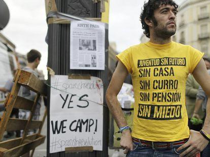 Un miembro de Juventud sin futuro en la acampada del 15-M en la Puerta del Sol de Madrid en mayo de 2011.