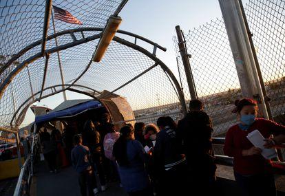 Una fila de migrantes a la espera de sus trámites migratorios en la fronteriza Ciudad Juárez, al norte de México.