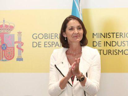 La ministra de Industria, Comercio y Turismo, Reyes Maroto, aplaude durante un acto en el ministerio