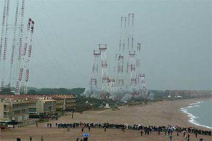 Demolición de las antenas de Radio Liberty ayer en la playa de Pals.