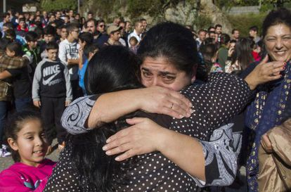 Dos mujeres de etnia gitana se abrazan tras regresar del destierro fuera de Galicia el pasado 30 de noviembre.