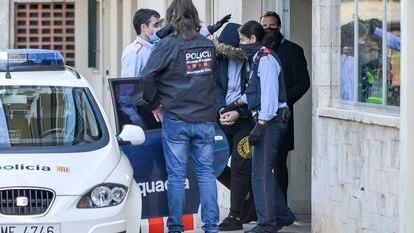 Un hombre es detenido el pasado mayo, tras el registro en la vivienda del edificio Creu de Sant Pol en S'Agaró, por falsificación de permisos de conducir.