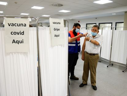 Un puesto de doble vacunación, contra la gripe y contra la covid, en Sevilla, este lunes.