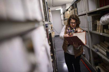Yolanda Cagigas, directora del Archivo de la Universidad de Navarra en el depósito donde se guardan los documentos personales.