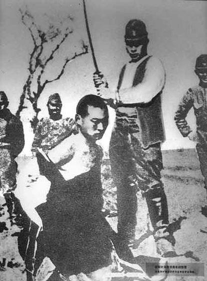 Un soldado japonés se dispone a ejecutar a un chino en Nanking.