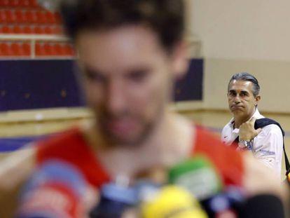 Scariolo observa a Pau Gasol durante su comparecencia ante los medios