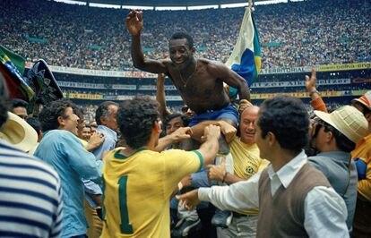 Pelé celebra con sus compañeros en el Estadio Azteca la victoria en la final del Mundial de México 70 ante Italia.