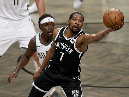 Kein Durant y Jrue Holiday, en el último partido entre Brooklyn y Milwaukee.