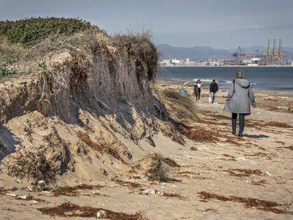 Duna de una de las playas del Parque Natural de la Albufera afectada por el temporal Gloria, con el puerto de Valencia al fondo.