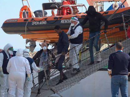 Varios médicos asisten al desembarco de los migrantes del Open Arms en Pozzallo (Sicilia), el 2 de febrero de 2020.