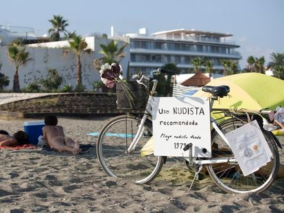 Nudistas en la playa de Estepona, con la urbanización Costa Natura al fondo.