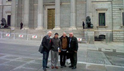 Cadena (primero por la derecha) y Velásquez (tercero) ante el Congreso con acompañantes.