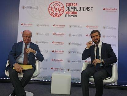 El vicepresidente del Banco Central Europeo, Luis de Guindos, junto a Pablo Casado, este lunes en los cursos de verano de El Escorial.