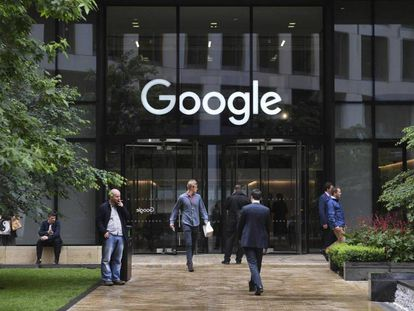 Varias personas pasan por delante de la oficina de Google en Londres.
