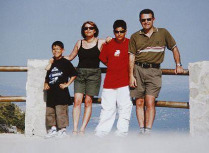 Eduardo Puelles con su mujer y sus hijos durante un viaje