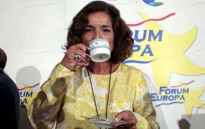 Ana Botella toma café en un desayuno informativo a su regreso de Buenos Aires.