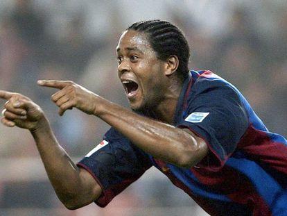 Kluivert festeja un gol con el Barça en 2004.