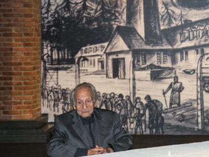 Un superviviente, de 91 años, recorre la exposición de Madrid dedicada al campo de exterminio nazi