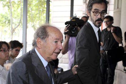 José Luis Núñez, acompañado por Cristóbal Martell, abandona la Audiencia de Barcelona en julio de 2011.