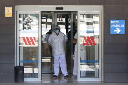 Un sanitario en la puerta de Urgencias del Hospital de Arnau de Vilanova en Lleida.