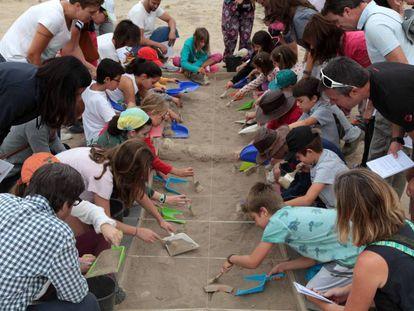 Padres y niños asisten al taller de arqueología en Complutum en septiembre de 2017.