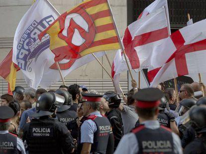 Mossos d'Esquadra rodeando a la veintena de ultras