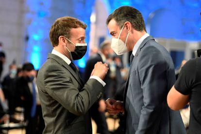Pedro Sánchez conversa con el presidente francés, Emmanuel Macron, el viernes en Oporto.