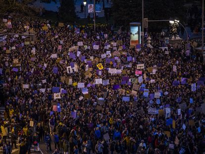 Manifestación del 8-M, a su paso por Cibeles, en Madrid.