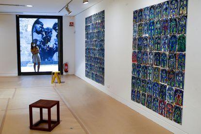 Una persona observa desde la calle Montcada la obra de Marijn van Kreij en la que reinterpreta la obra de Picasso.
