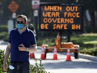 Una señal en Beverly Hills recuerda que es obligatorio llevar mascarilla en público.