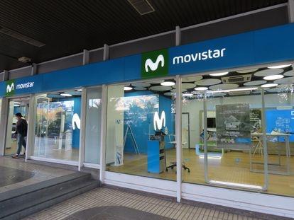 Un cliente sale de una tienda Movistar en Madrid en noviembre de 2020.