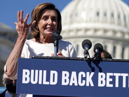 La presidenta de la Cámara de Representantes, la demócrata Nancy Pelosi, en los alrededores del Capitolio en una intervención sobre la agenda social de Joe Biden.