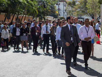 Decenas de trabajadores salen a la calle en Santo Domingo ante el sismo, este lunes.