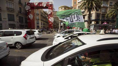 Protesta de taxistas ante la entrada de la Feria de Málaga el martes.
