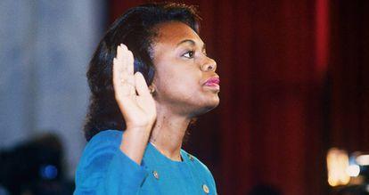 Anita Hill jura decir la verdad el 12 de octubre de 1991 ante el comité judicial del Senado
