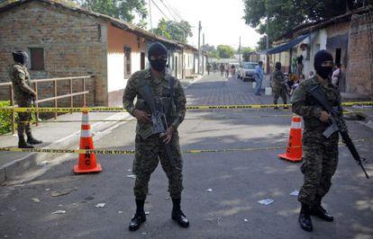 Soldados salvadoreños en la escena de un crimen.