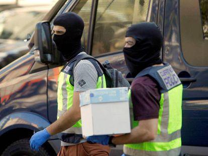 Dos policías, tras uno de los registros ejecutados hoy durante la operación en A Coruña.