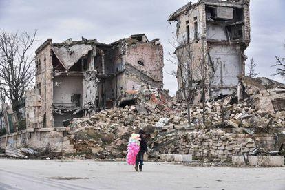 Mohamed, de 10 años, vende algodones de azúcar a los pies de la fortaleza de Alepo.