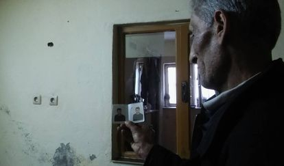 Mahmud muestra una foto de uno de los dos hijos que tiene desaparecidos en Siria, en su casa en Sanliurfa (Turquía).