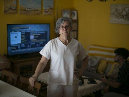 Ana Isabel López, trabajadora en una residencia, el pasado viernes en su casa de Azuqueca de Henares (Guadalajara).