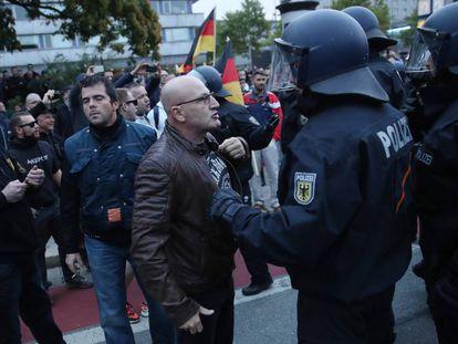 Manifestantes de ultraderecha se enfrentan a la policía en una marcha organizada por AfD este sábado en Chemnitz (Alemania).